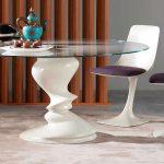 Оригинальная форма стульев и стола со стеклянной столешницей