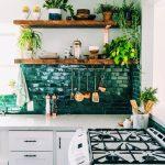 Открытые полки для растений на кухне