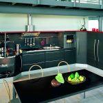 Открытые полки на современной кухне