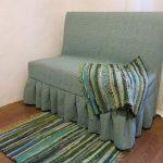 Отличный вариант простого чехла на старый диван