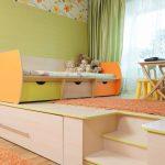 Подиум с выкатной кроватью для взрослых и детской кроватью наверху