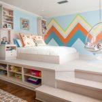 Подиум в детской с кроватью, подвесным креслом и шкафчиками
