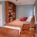 Подиум в нише с кроватью, местом для гостей и шкафом