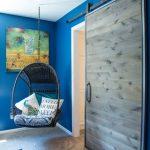 Подвесное кресло из ротанга, закрепленное на потолке с помощью крюка
