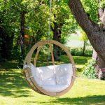 Подвесное кресло с деревянным каркасом и мягкими подушками