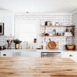Полки на кухне — функционально, практично