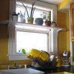 Полочка для цветов возле кухонной мойки
