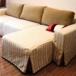 Полосатый чехол на угловой диван
