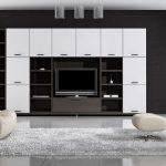 Просторная гостиная с минимумом мебели и вещей