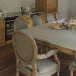 Прямоугольный стол серого цвета на кухне