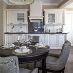 Раскладной черный стол для классической кухни