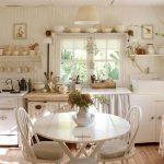 Размещение открытых полок вокруг окна — соблюдение симметрии на кухне