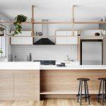 Размещение полок над обеденным столом разделяет кухню на две части