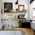 С помощью открытых полок вы можете сделать функциональной и просторной даже небольшую кухню