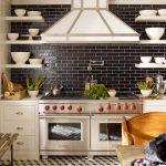 Симметрическое расположение полок возле плиты