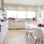 Современная кухня с белым овальным столом