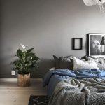 Стиль минимализм в дизайне интерьера спальни создается за счет небольшого количества мебели