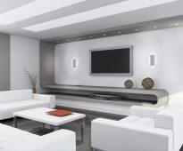Стильная белая гостиная с минимумом декора