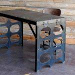 Стильный металлический стол с оригинальными ножками