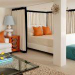 Тканевая ширма для отделения кровати в гостиной