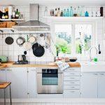 Яркая белая посуда на открытых полках — украшение кухни