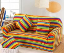 Яркий полосатый диван