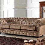 Бархатный коричневый диван для гостей