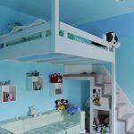 Белая детская кровать под потолкам и диванчик внизу