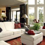 Белые диван и кресла в гостиной загородного дома