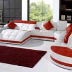 Белый диван с красным декором для просторной гостиной