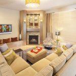 Большой диван с мягкими подушками для гостевой зоны