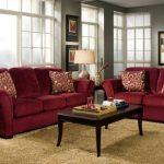 Бордовый трехместный и двухместный диван в гостиную