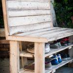 Деревянная скамья в стиле кантри с полочками для обуви