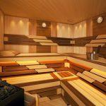 Деревянные полки и скамейки в парной из разной древесины