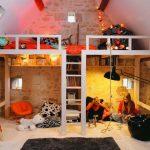Детские кровати под потолком