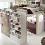 Интересная конструкция с кроватью под потолком и встроенным шкафом и диваном