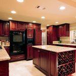 Изящный кухонный гарнитур с параллельной планировкой