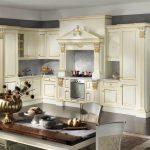 Классическая кухонная мебель с угловым расположением