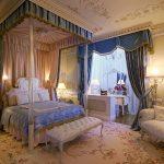 Классическая роскошная спальня с балдахином над кроватью