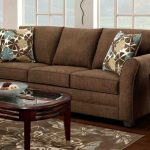 Коричневый диван с яркими подушками в гостиную