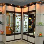 Красивый угловой шкаф с цветами