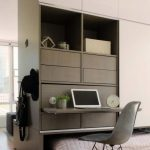 Кровать и стол, встроенные в шкаф занимают мало места