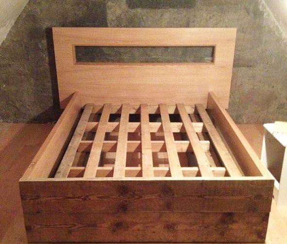 Кровать из деревянных досок