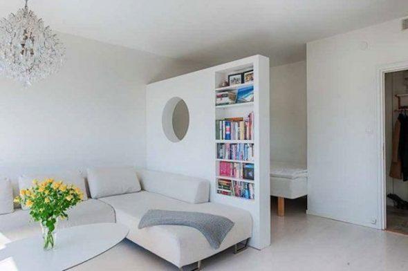Кровать можно разместить в углу