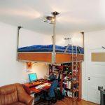 Кровать на подвесных кронштейнах с рабочим столом внизу