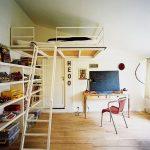 Кровать над входом в комнате подростка