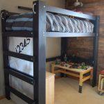 Кровать под потолком освобождает место для занятий и игр внизу