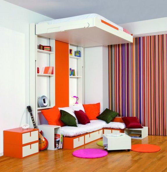 Кровать с подъемным механизмом в гостиной не занимает места и создает комфортные условия для сна