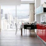 Кухня с панорамным окном и бело-красным гарнитуром
