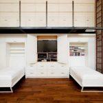 Мебель-трансформер в маленькой квартире с высокими потолками